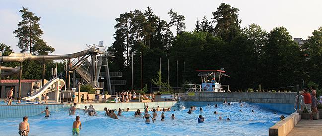 Bürgerentscheide verfehlen Quorum: Waldkraiburg und Aschau bauen neues Freibad