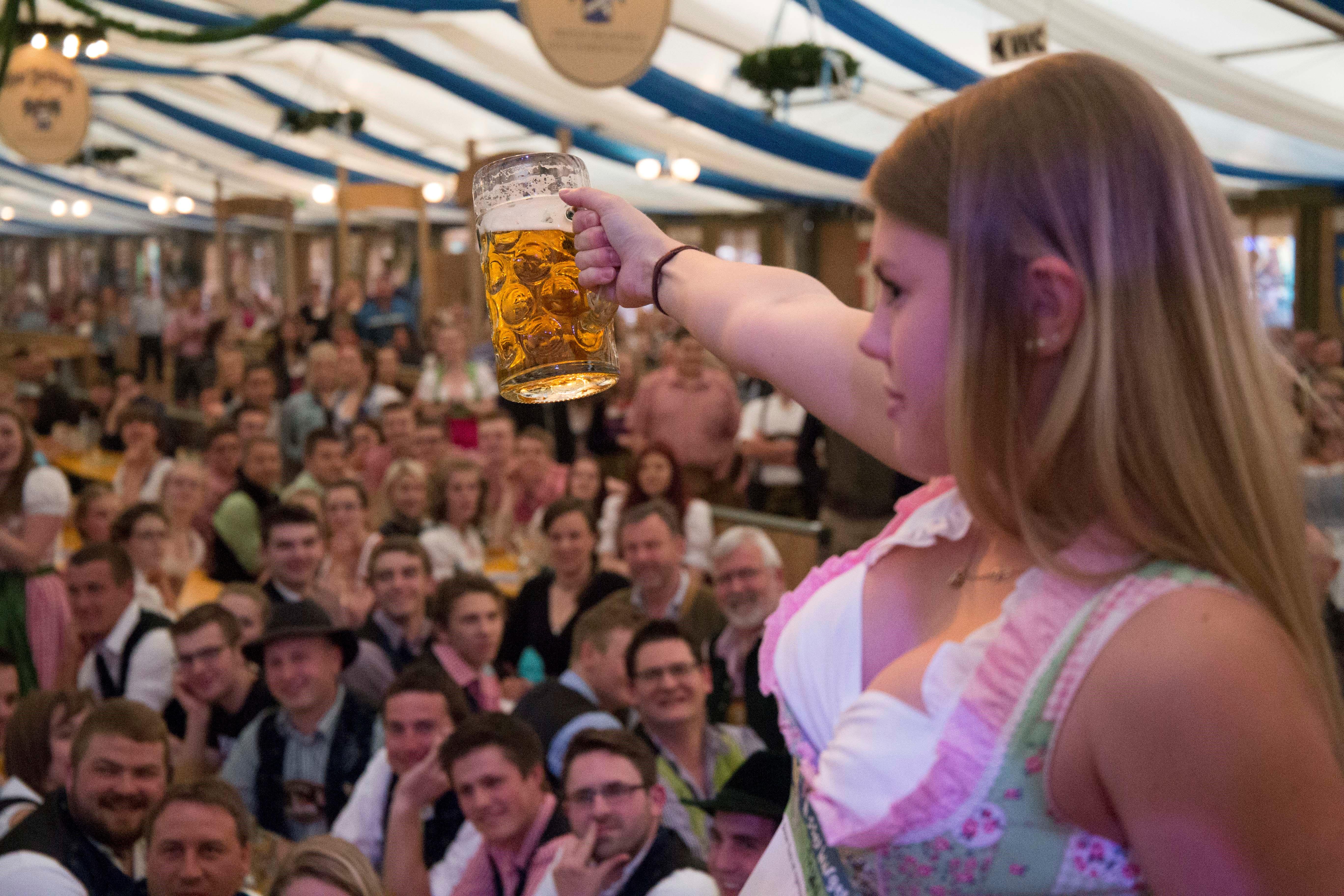 """""""Oans, zwoa, gwunna!""""– Dirndl- und Burschentag auf dem Wasserburger Frühlingsfest"""