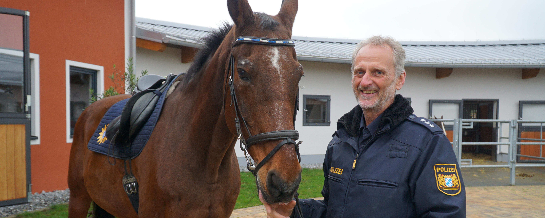 Polizeireiter und sein Pferd galoppieren in den Ruhestand