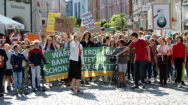 "Rosenheimer Jugendliche demonstrieren Ende September unter dem Banner ""Fridays for Rosenheim"" gegen den Klimawandel. Foto: Olaf Konstantin Krueger"