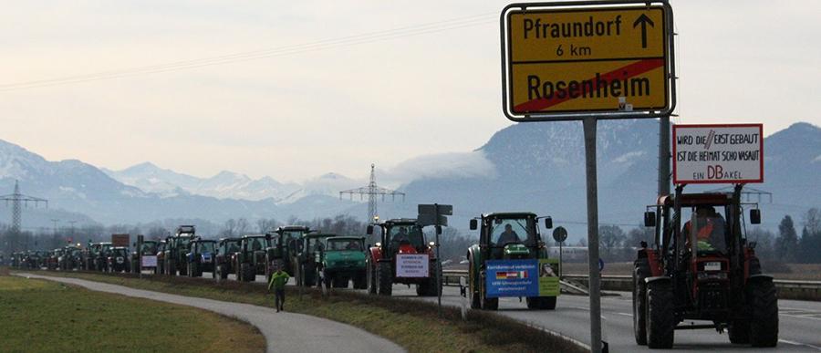 3.000 Bürger mit 400 Traktoren demonstrierten gegen Bahntrasse