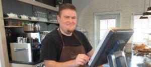 Dominikus liebt seinen Job in der Cafesitobar