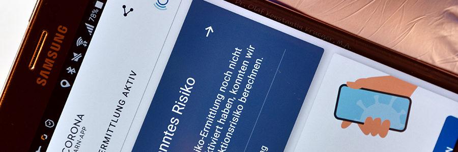 """Erstinstallation der staatlichen """"Corona-Warn-App"""" auf einem Android-Smartphone. Foto: Olaf Konstantin Krueger"""