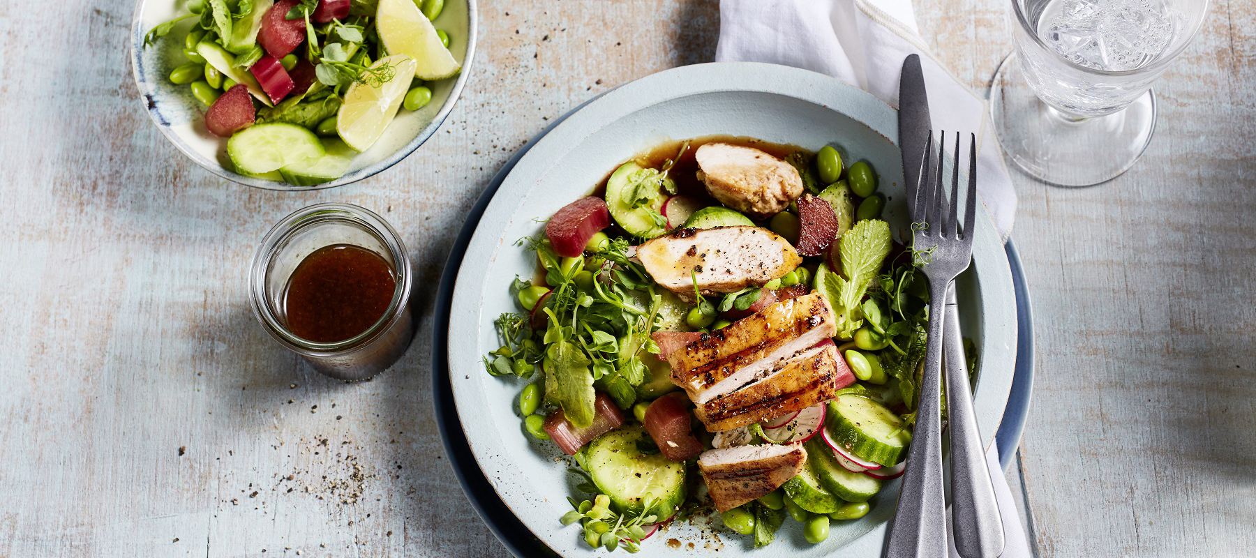 Fitness-Salat mit gegrillter Hähnchenbrust und Rhabarber