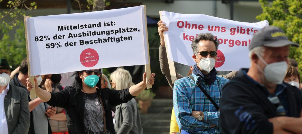 """Transparente auf der Demonstration """"Hand in Hand für den Mittelstand"""" der Unternehmer-Initiative """"Wir stehen zusammen"""" am 30. April 2021 im Mangfallpark Rosenheim. Foto: Olaf Konstantin Krueger"""